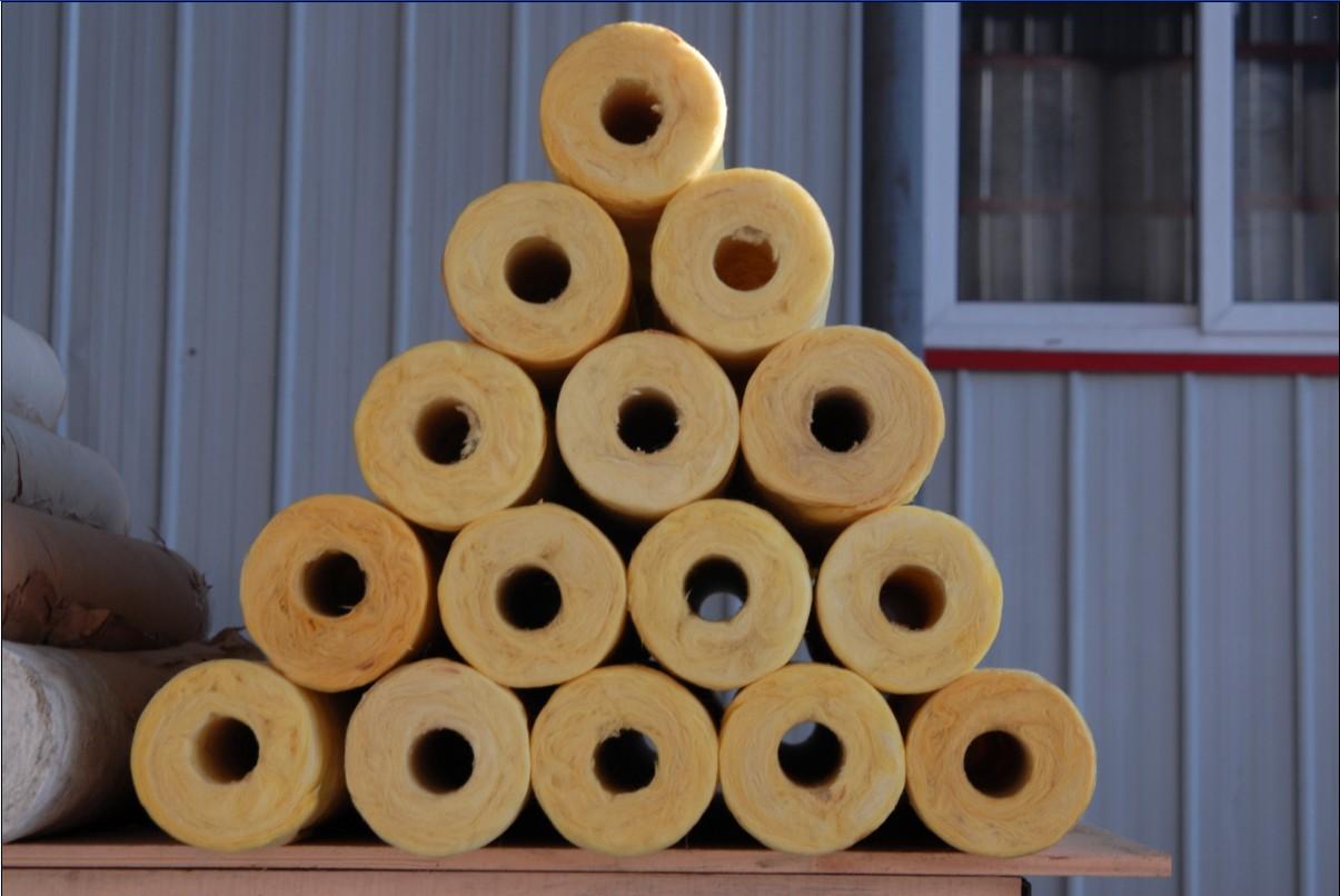 昆明钢结构玻璃棉管壳,实时报价 玻璃棉管 离心玻璃棉管专门用于各类管道(包括、冷冻、热水、蒸汽)系统的保温,能在不高于454的环境温度下正常工作,外露,隐蔽均可。 由于这种材料的管套具有防水、防腐、不发霉、不生虫的特性,因此能有效地阻止冷凝,防止管道冻结,被大量用于民用建筑,热力管线,空调、制冷调备的保温,绝热,节能效果可提高15-30%。 本品为玻璃棉施加树脂粘合剂,加温固定化成管状的保温材料,表面可粘铝箔,具有防潮、防辐射等特点。 昆明钢结构玻璃棉管壳,实时报价